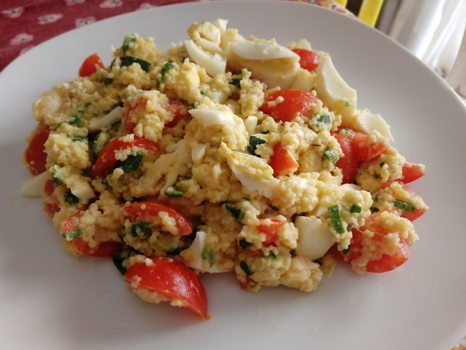 Insalata di cous cous con uova, pomodori e rucola Curarsi