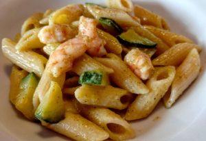 Penne con zucchine e gamberetti: ricetta light senza panna